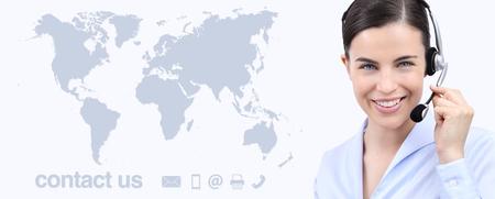 Mujer de operador de servicio al cliente con auriculares sonriente, mapa del mundo en el fondo, en contacto con nosotros concepto global