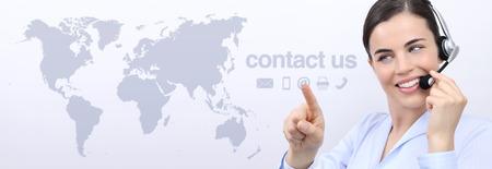 iletişim: Ekranda kulaklık gülümseyen, dokunmatik simge ile bize ulaşın, müşteri hizmetleri operatörü kadın Stok Fotoğraf