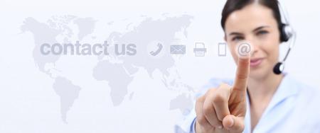 contact met ons op, customer service operator vrouw met hoofdtelefoon en raak het pictogram op het scherm