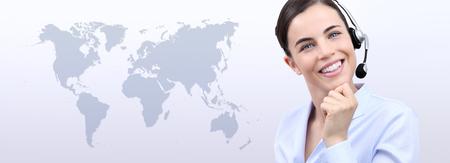 negocios internacionales: en contacto con nosotros Mujer de operador de servicio al cliente con auriculares mujer aislada en el fondo de la correspondencia internacional Foto de archivo