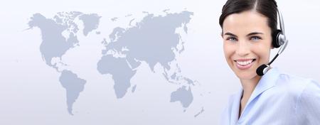 contacteer ons, de vrouw van de exploitant van de klantendienst met hoofdtelefoon glimlachen, geïsoleerd op internationale kaartachtergrond Stockfoto