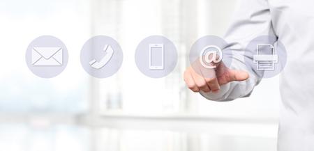 Ręka ekran dotykowy z ikonami skontaktować się z nami koncepcji