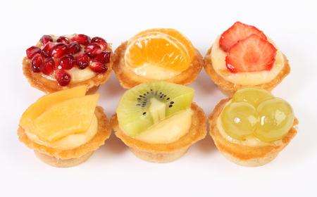 pasteles: tartaletas de pasteles con fruta fresca aislados en blanco
