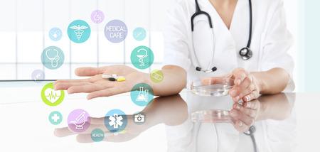 simbolo medicina: Doctor con las píldoras a disposición e iconos de colores. concepto médico