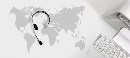 글로벌 개념, 헤드셋, 컴퓨터 및지도 상위 뷰 데스크에 문의 스톡 콘텐츠