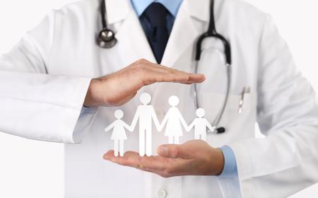 Concetto di assicurazione sanitaria medica, mani con il simbolo della famiglia