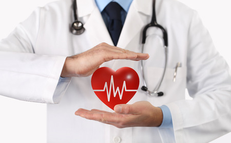 手医師が手でハートマークを保護します。