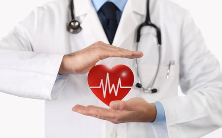 le mani medico proteggono il simbolo del cuore con le sue mani