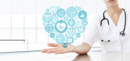 puls: Ręka lekarza z medycznych ikonami niebieskie serce