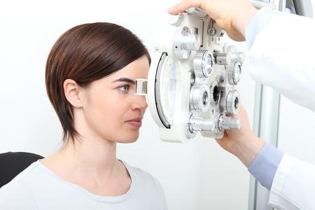 Vrouw die zicht meting met optische phoropter Stockfoto - 72467662