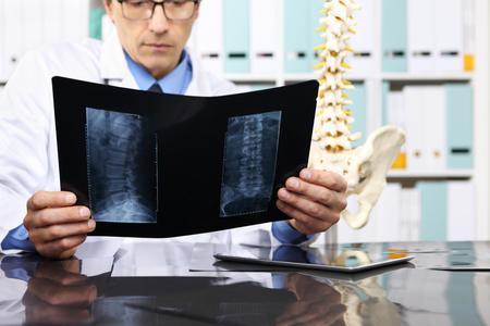 Médico de radiología que comprueba la radiografía, la atención sanitaria, el concepto médico y de la radiología.