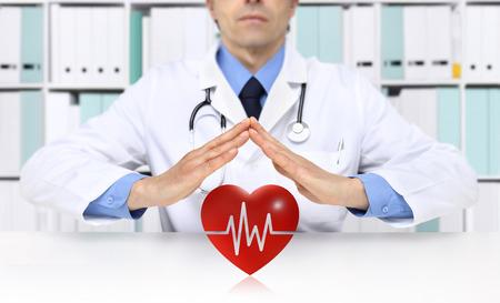 Hände Arzt Herz rotes Symbol, medizinische Krankenversicherung Konzept schützen