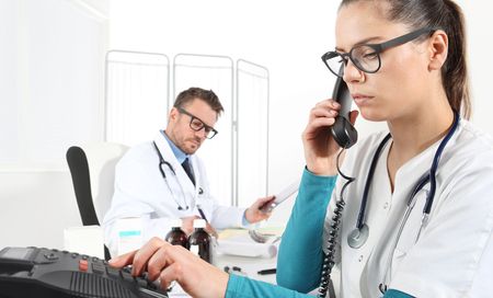 Les médecins travaillent au bureau au bureau Banque d'images - 77877458