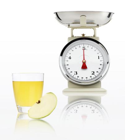 alimentacion balanceada: escala de alimentos con jugo de manzana de vidrio aislado sobre fondo blanco, concepto de dieta equilibrada.