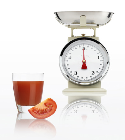 alimentacion balanceada: Escala de alimentos con jugo de tomate de vidrio aislado sobre fondo blanco, concepto de dieta equilibrada.