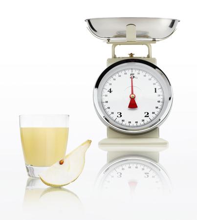 alimentacion balanceada: escala de alimentos con jugo de pera de vidrio aislado sobre fondo blanco, concepto de dieta equilibrada. Foto de archivo