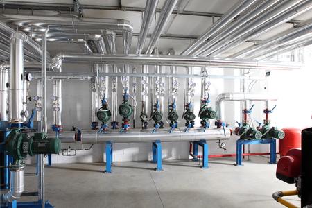 pompa, manometro, tubi e valvole del rubinetto del sistema di riscaldamento in un locale caldaie.