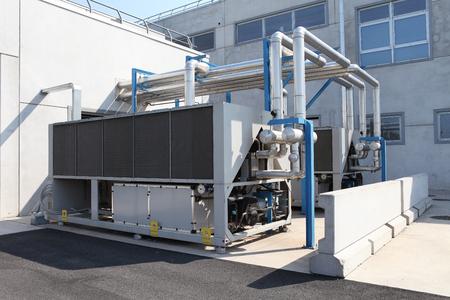 Enorme unità di condizionamento d'aria, riscaldamento centralizzato e controllo del sistema di raffreddamento. Archivio Fotografico - 92933739