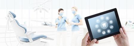 dentiste, main, toucher, tablette numérique, écran, dents, icônes, symboles, sur, clinique dentaire, avec, chaise dentiste, fond, toile, modèle bannière, nous contacter, concept