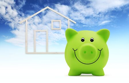 Sparschwein mit Holzhausform isoliert auf blauem Himmelshintergrund, grünes Gebäude und Energiesparkonzept.