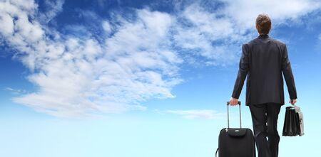 internationaler Geschäftsreisender, Erfolgskonzept, Geschäftsmann, der mit Aktentasche geht, lokalisiert auf blauem Himmelshintergrund. Standard-Bild