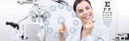 Konzept der Augenuntersuchung, lächelnde Frau mit Touchscreen-Symbolen im Optikerbüro, Optiker-Diagnosegeräte im Hintergrund.