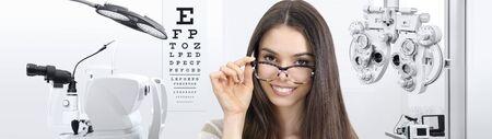 Konzept der Augenuntersuchung, Frau lächelnd mit Brille auf weißem Hintergrund, Prävention und Kontrolle der Sehkraft. Standard-Bild