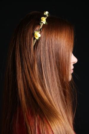 escarapelas: chica pelirroja vistiendo la venda del pelo de flores amarillas peque�as rosetas, perfil