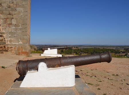 Old cannon near a castle that was used in antiquity for defensive warfare maneuvers Imagens