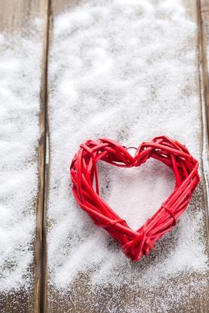 Ein Großes Rotes Herz Auf Dem Hintergrund Von Holzbrettern