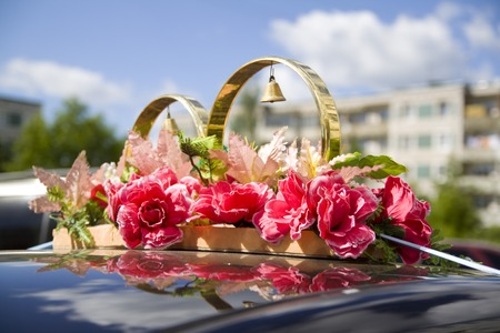 Wedding props, wedding rings, flowers, wedding decoration, items, rings decorations on the car Stock Photo