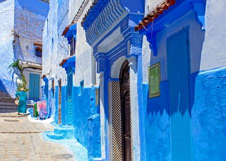 Chefchaouen, 모로코의 푸른 도시에서 거리와 건물. 오래 된 전통 마입니다. 여행 목적지 개념입니다. 건축 장식 및 디자인 세부 정보입니다.