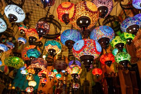 カラフルな提灯と、モロッコはマラケシュの市場で吊り下げランプ 写真素材