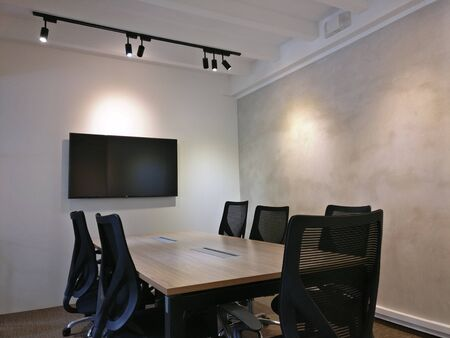 this is photo of interior design of meeting rooms with black chairs and screens with best quality and high resolution for you. Zdjęcie Seryjne