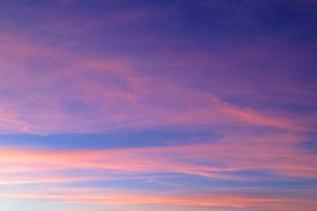 Coucher de soleil orange brillant et lever de soleil magnifique sur des nuages bleus avec un soleil orange vif par une fraîche matinée de printemps. Banque d'images