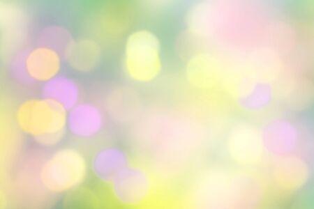 flou pastel vert et jaune abstrait de la nature avec un feuillage flou abstrait et un soleil d'été lumineux