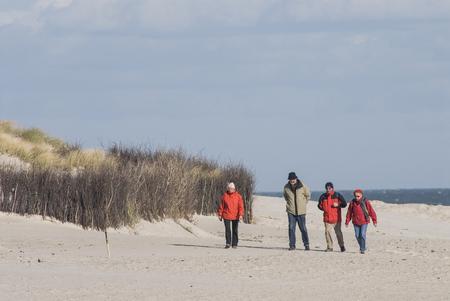 Mensen die op een strand in Helgoland lopen Redactioneel