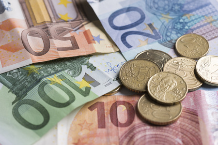 ユーロ硬貨およびノートを保存 写真素材 - 76990653
