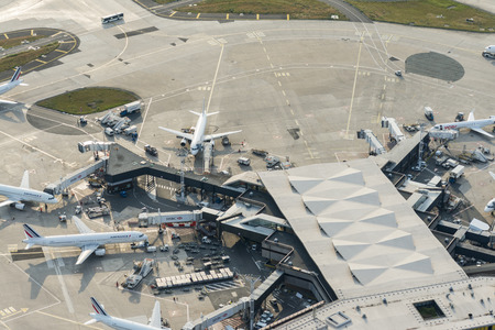 Aerial image of Air France airplanes arriving at leaving at the terminal buildings from Orly (Ouest) International Airport Standard-Bild