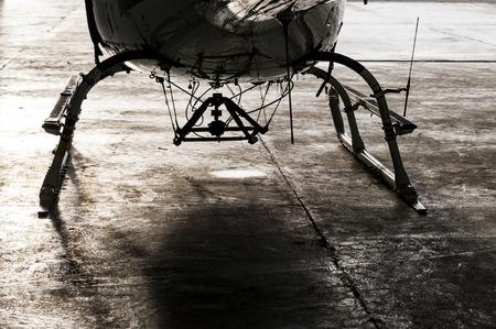 Beau détail montrant un montage de crochet de ventre de cargaison entre les patins d'atterrissage sur un hélicoptère Eurocopter Ecureuil, pour les opérations de travail aérien telles que le levage, l'élingue, les charges sous-suspendues, les travaux de charge externe et les opérations de charge externe