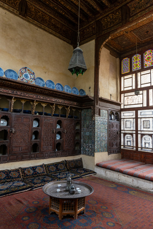 Interior room in the Bayt Al-Suhaymi, House of Suhaymi, is an old Ottoman era house museum in islamic Cairo, Egypt. It was originally built in 1648 by Abdel Wahab el Tablawy along the Darb al-Asfar, a very prestigious and expensive part of Islamic Cairo.  Stok Fotoğraf - 119635484