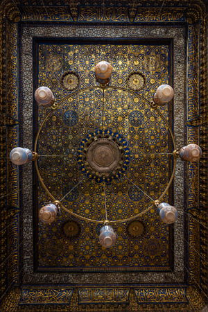 Amazing decorated chandeliers at the Qalawun complex (Arabic: مجمع قلاون), a massive complex in islamic Cairo, Egypt that includes a madrasa, a hospital and a mausoleum. It was built by the Sultan Al-Nasir Muhammad Ibn Qalawun in the 1280s; so Stok Fotoğraf - 119635488