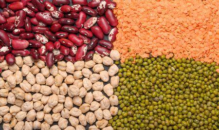 Konzept von Hülsenfrüchten, Kichererbsen, Linsen, Bohnen, Brei. Draufsicht des Proteinpflanzenhintergrundes Standard-Bild