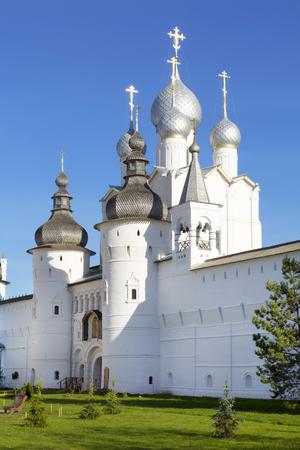resurrección: Santo Gates, la Iglesia de la Resurrección y la pared del Kremlin de Rostov Veliki, Rusia