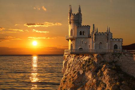 castillos: castillo de la jerarquía del trago en la roca sobre el Mar Negro en la puesta del sol. Gaspra. Crimea, Rusia