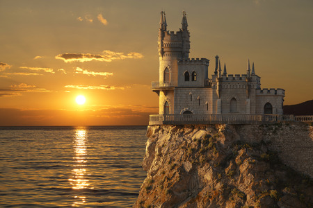 Zwaluwnest kasteel op de rots over de Zwarte Zee op de zonsondergang. Gaspra. Krim, Rusland