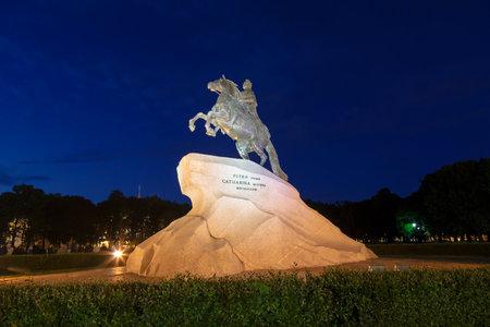 uomo a cavallo: San Pietroburgo, la statua equestre di Pietro il Grande, conosciuto come il cavaliere di bronzo e installato nel 1782 sulla Piazza del Senato.