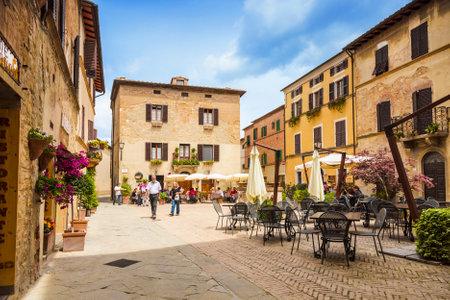 pienza: PIENZA, ITALY - MAY 12, 2014: Beautiful courtyard in Tuscany, Italy in summer