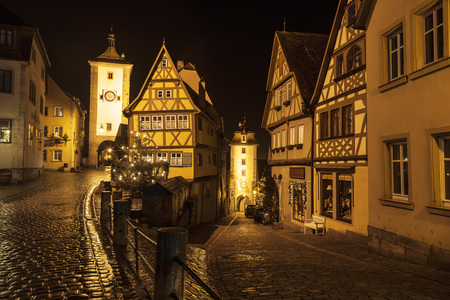 der: ROTHENBURG OB DER TAUBER, GERMANY - DECEMBER 22, 2012: Street View of Rothenburg ob der Tauber at the evening. It is well known medieval old town, a destination for tourists from around the world.