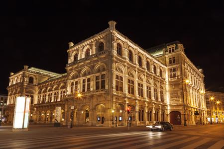 View of Vienna State Opera House (Staatsoper) at night Standard-Bild